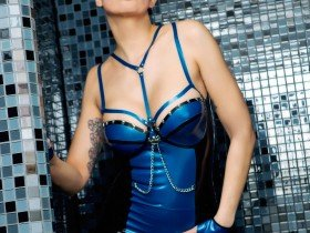 03-Domina-Holly-in-blau